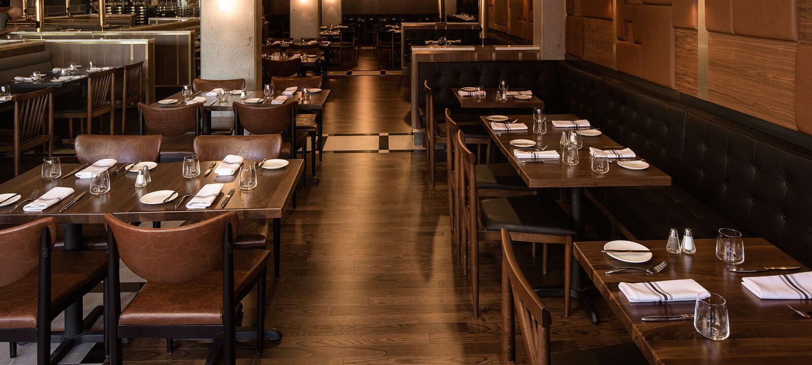 Salle du restaurant Maggie Oakes avec tables dressées et chaises
