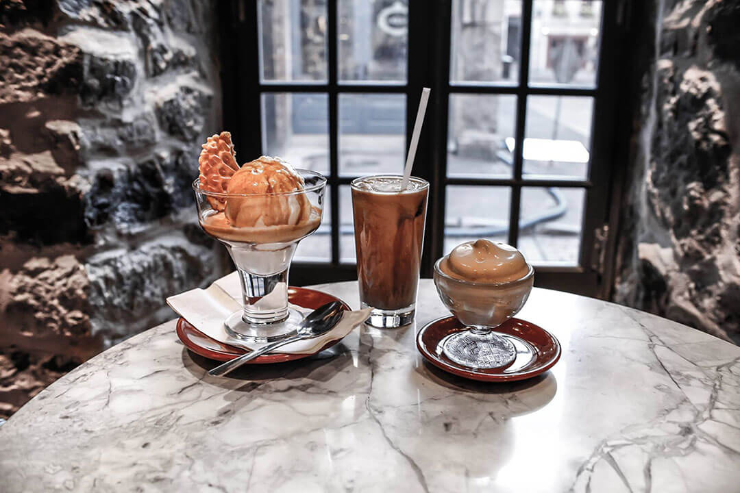 Café et glaces posés sur une table près d'une fenêtre