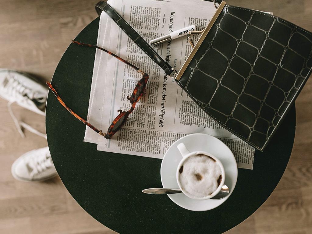 Un café, des lunettes de soleil, un sac