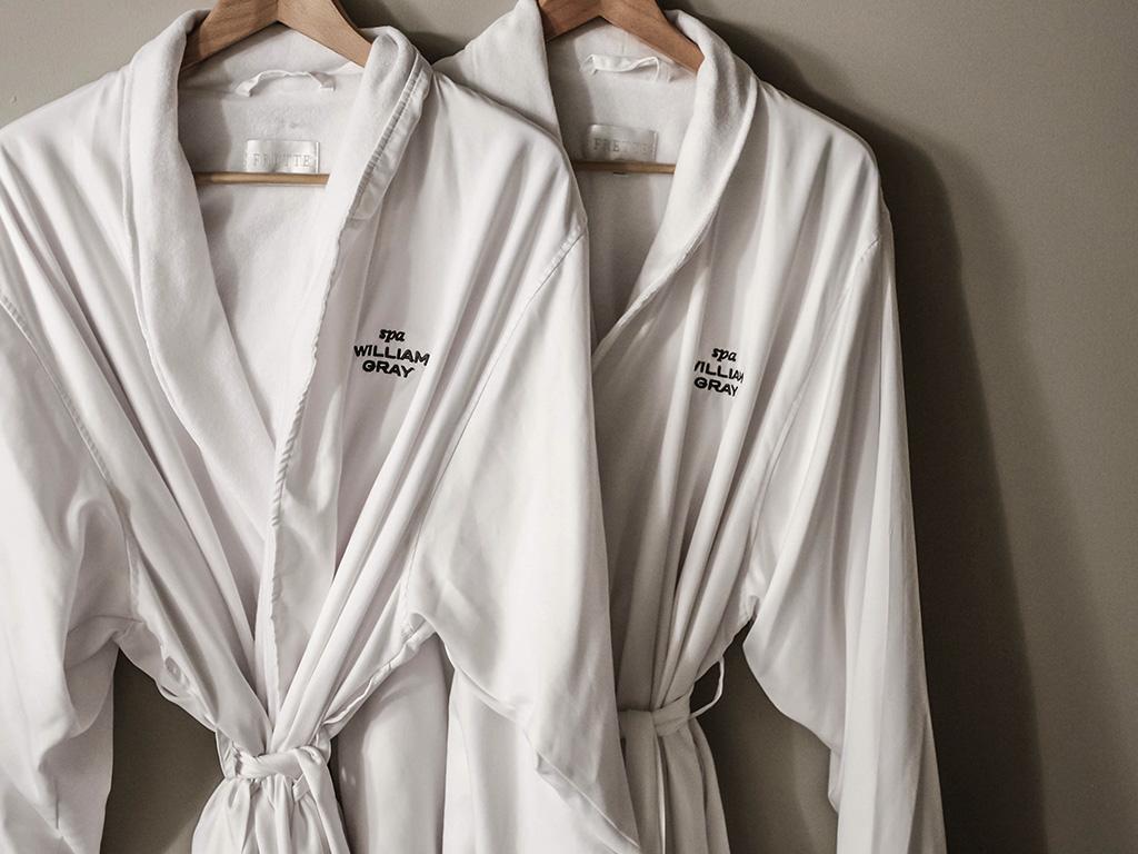 Deux peignoirs blancs avec le logo du Spa Willilam Gray