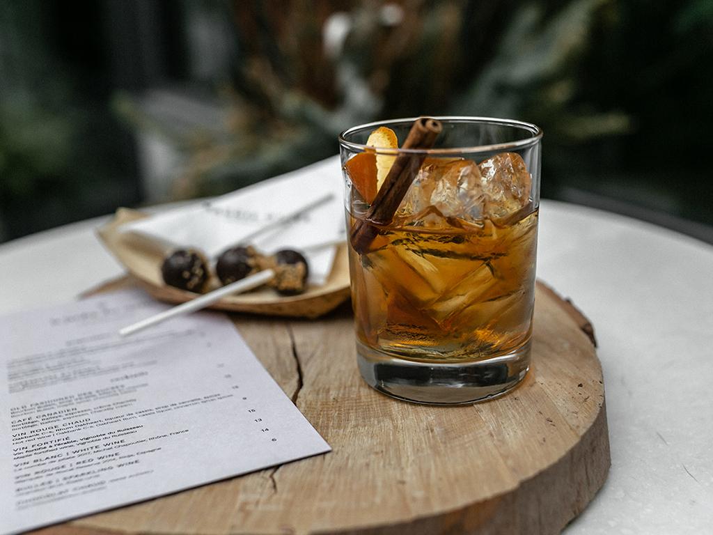 Un cocktail posé sur une table en bois