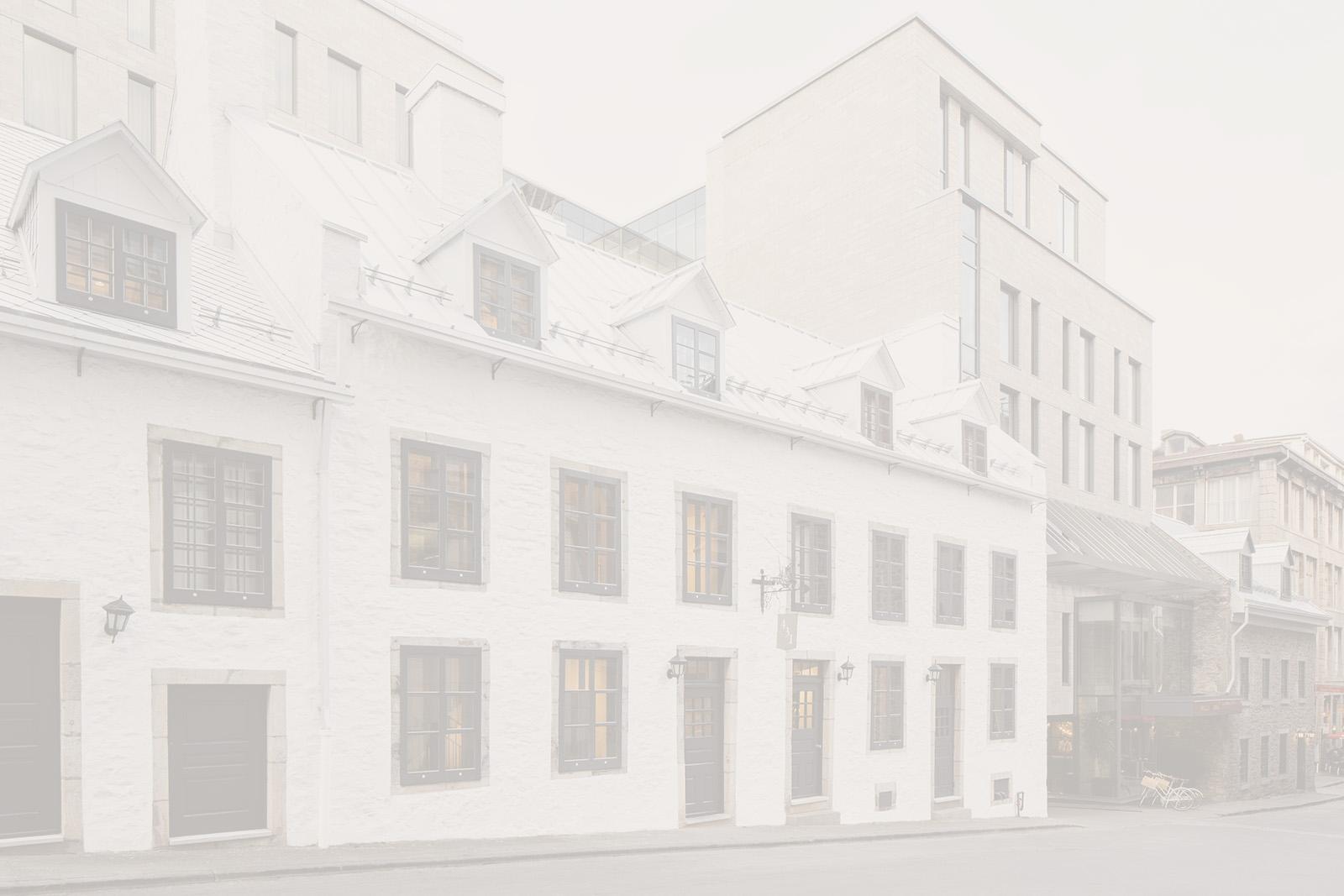 Une photo du bâtiment de l'Hôtel William Gray, l'un des bâtiments historiques du Vieux-Montréal.