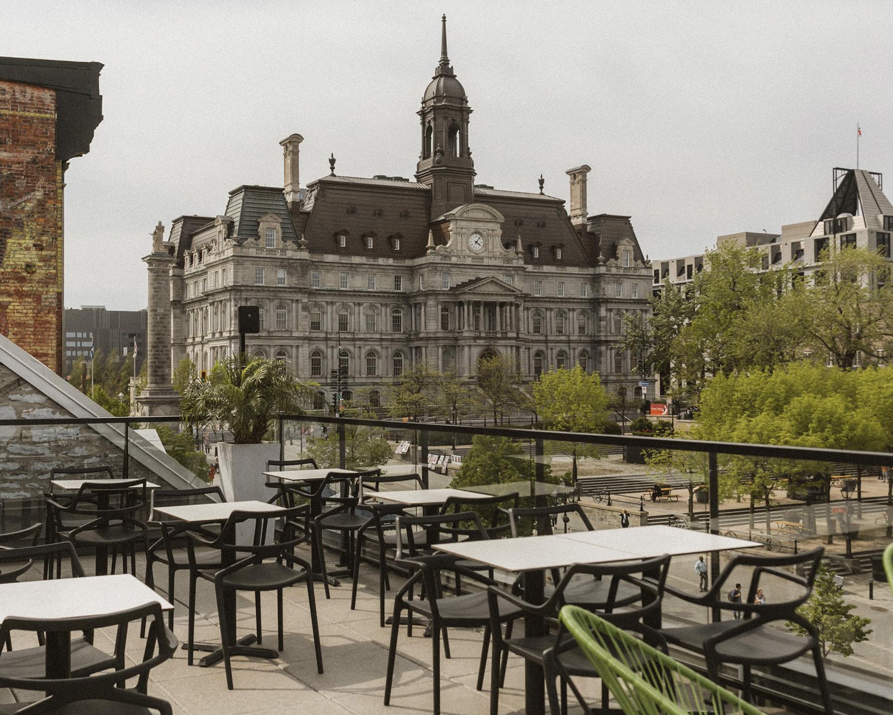Terrasse sur le toit le Perché avec vue sur l'Hôtel de ville de Montréal