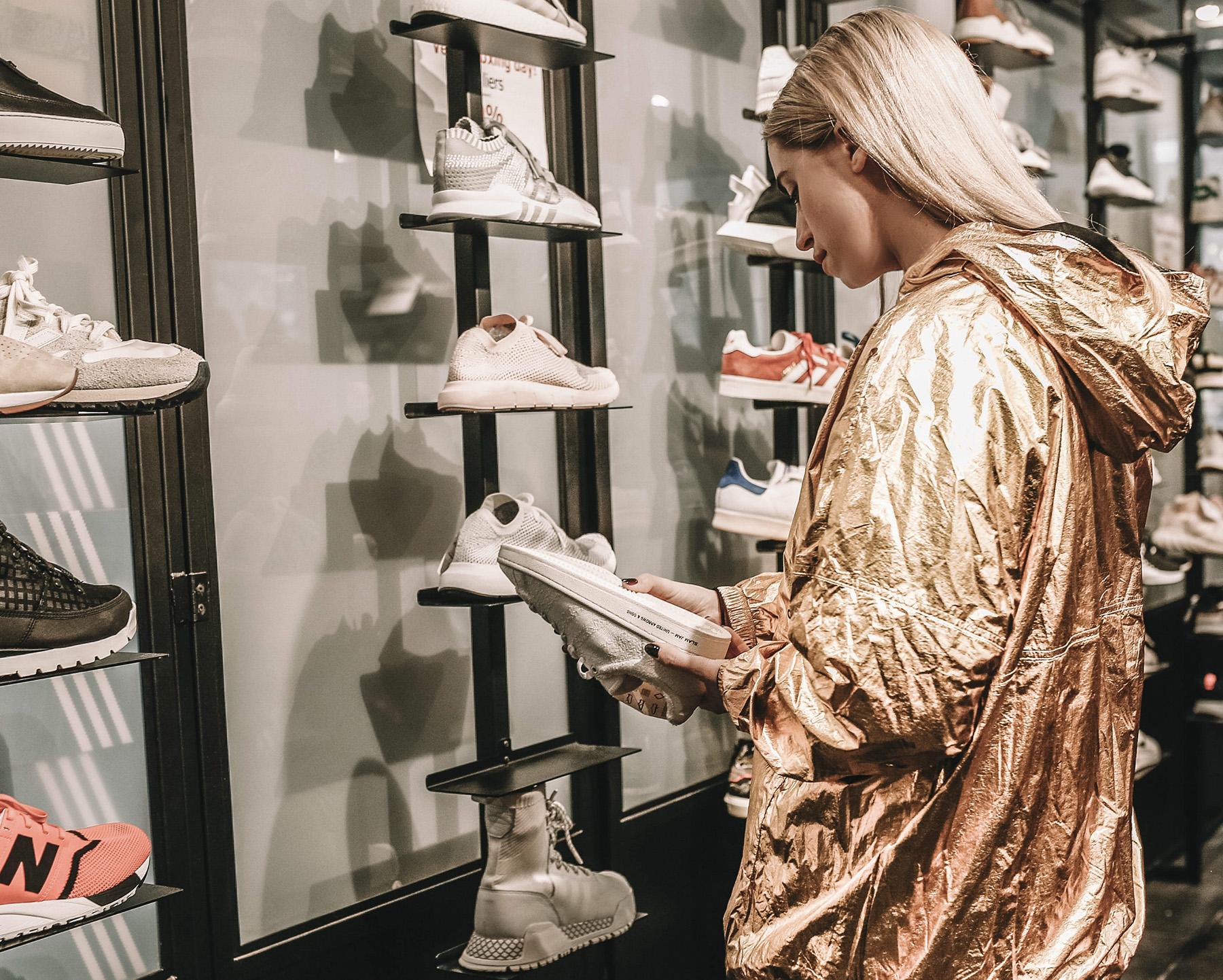 Une femme regardant des chaussures dans un magasin