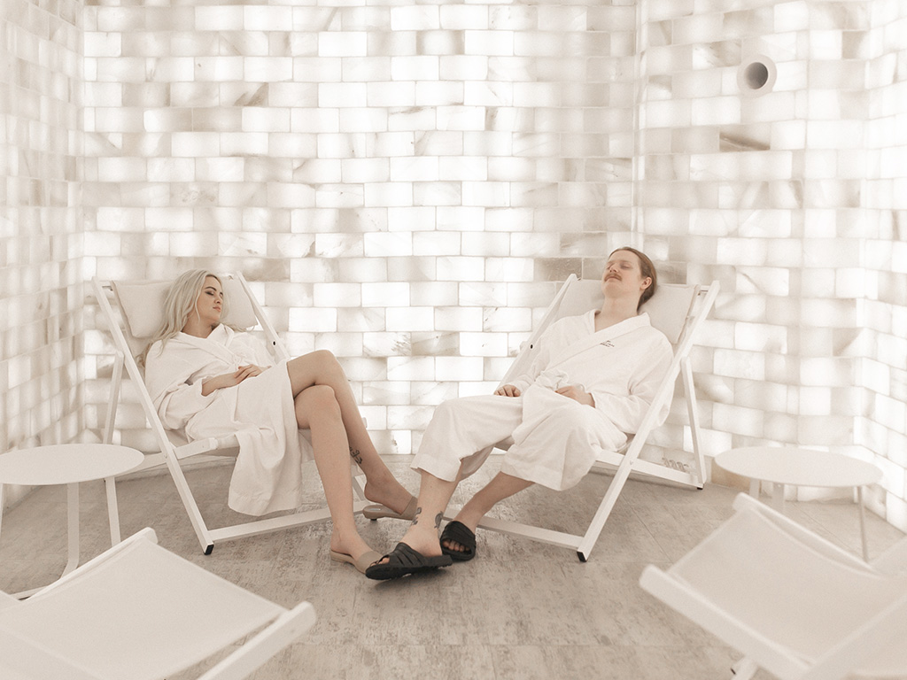 2 people in a bathrobe relaxing in the salt room of Spa William Gray